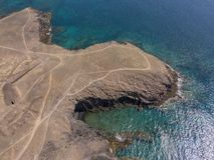 Vista aerea delle rive e delle spiagge dentellate di Lanzarote, Spagna, canarino Strade e percorsi della sporcizia Papagayo immagini stock
