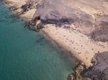 Vista aerea delle rive e delle spiagge dentellate di Lanzarote, Spagna, canarino Strade e percorsi della sporcizia Papagayo fotografia stock
