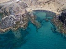 Vista aerea delle rive e delle spiagge dentellate di Lanzarote, Spagna, canarino Strade e percorsi della sporcizia Papagayo immagine stock libera da diritti