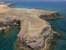Vista aerea delle rive e delle spiagge dentellate di Lanzarote, Spagna, canarino Strade e percorsi della sporcizia Papagayo immagine stock