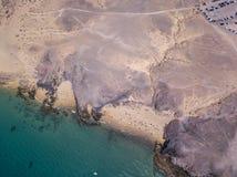 Vista aerea delle rive e delle spiagge dentellate di Lanzarote, Spagna, canarino Strade e percorsi della sporcizia Papagayo fotografie stock
