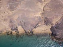 Vista aerea delle rive e delle spiagge dentellate di Lanzarote, Spagna, canarino Strade e percorsi della sporcizia Papagayo immagini stock libere da diritti
