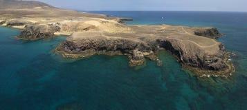 Vista aerea delle rive e delle spiagge dentellate di Lanzarote, Spagna, canarino Strade e percorsi della sporcizia Spiaggia di Pa immagini stock