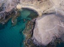 Vista aerea delle rive e delle spiagge dentellate di Lanzarote, Spagna, canarino Strade e percorsi della sporcizia Spiaggia di Pa fotografia stock libera da diritti