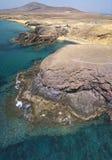 Vista aerea delle rive e delle spiagge dentellate di Lanzarote, Spagna, canarino Strade e percorsi della sporcizia Spiaggia di Pa immagine stock