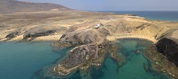 Vista aerea delle rive e delle spiagge dentellate di Lanzarote, Spagna, canarino Strade e percorsi della sporcizia Spiaggia di Pa immagini stock libere da diritti