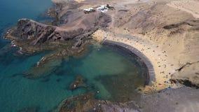 Vista aerea delle rive e delle spiagge dentellate di Lanzarote, Spagna, canarino Strade e percorsi della sporcizia Spiaggia di Pa immagine stock libera da diritti
