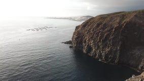 Vista aerea delle scogliere sopra l'Oceano Atlantico, Tenerife, isole Canarie archivi video