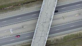Vista aerea delle strade, delle costruzioni, dei tetti e dei ponti grigi con asfalto incrinato stock footage