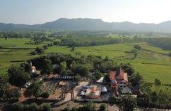 Vista aerea delle tempie in villaggi rurali nella stagione delle pioggie immagini stock libere da diritti