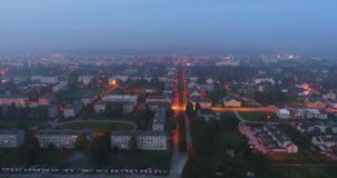 Vista aerea delle vie dell'orizzonte di notte della città di crepuscolo stock footage