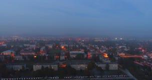 Vista aerea delle vie dell'orizzonte di notte della città di crepuscolo video d archivio