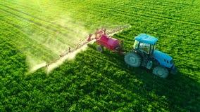 Vista aerea di alba del trattore agricolo che ara e che spruzza sul campo stock footage