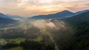 Vista aerea di alba sopra una valle Fotografia Stock