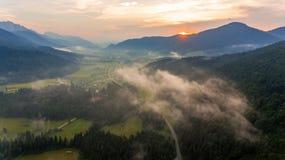 Vista aerea di alba sopra una valle Immagini Stock