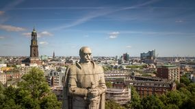 Vista aerea di Amburgo con il memoriale, la chiesa e Elbphilharmony di Bismarck in buon tempo fotografia stock