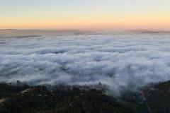 Vista aerea di area di Marine Layer Flowing Over Bay fotografia stock libera da diritti