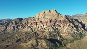 Vista aerea di area nazionale di conservazione del canyon rosso della roccia, NV video d archivio