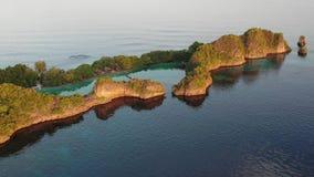 Vista aerea di bella isola del calcare in Raja Ampat video d archivio