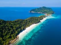Vista aerea di bella isola dell'ustione del gallo nel Myanmar immagini stock