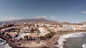 Vista aerea di bella isola nell'oceano r Il concetto di una festa meravigliosa video d archivio