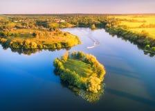 Vista aerea di bella piccola isola con gli alberi e le barche verdi immagini stock