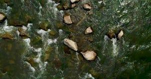 Vista aerea di bello fiume della montagna di estate archivi video