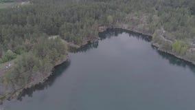 Vista aerea di bello lago invece di precedente cava del granito video d archivio