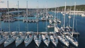 Vista aerea di bello marinaio moderno di Sukosan imballato densamente con le barche a vela e gli yacht, Marina Dalmacija video d archivio