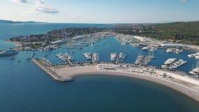 Vista aerea di bello marinaio moderno di Sukosan imballato densamente con le barche a vela e gli yacht, Marina Dalmacija archivi video