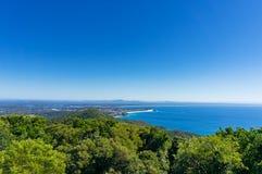 Vista aerea di bello paesaggio costiero con la foresta e l'oceano Fotografia Stock Libera da Diritti