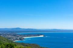 Vista aerea di bello paesaggio costiero con la foresta e l'oceano Fotografia Stock