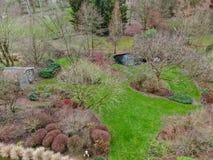 Vista aerea di bello tipo inglese del giardino durante la stagione invernale immagine stock