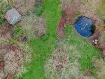 Vista aerea di bello tipo inglese del giardino durante la stagione invernale immagine stock libera da diritti