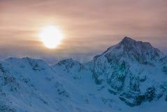 Vista aerea di bello tramonto vivo sopra i mountians ventosi di inverno Immagini Stock Libere da Diritti