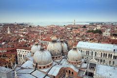 Vista aerea di bello vecchio tetto nella città di Venezia Fotografie Stock Libere da Diritti