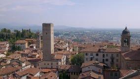 Vista aerea di Bergamo con le montagne nella distanza archivi video