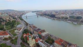 Vista aerea di Budapest attraverso il Danubio stock footage