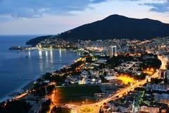 Vista aerea di Budua, Montenegro sulla costa adriatica dopo il tramonto Fotografie Stock