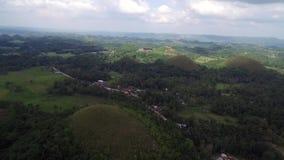 Vista aerea di cavalcavia delle colline del cioccolato Bohol, Filippine archivi video