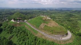 Vista aerea di cavalcavia delle colline del cioccolato Bohol, Filippine stock footage