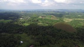 Vista aerea di cavalcavia delle colline del cioccolato Bohol, Filippine video d archivio