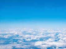 Vista aerea di cielo blu e delle nuvole bianche Vista superiore dall'aeroplano fotografie stock libere da diritti
