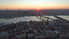 Vista aerea di Costantinopoli, Turkie del fuco Baia di Bosphorus Halic Tramonto Sorvoli i ponti video d archivio