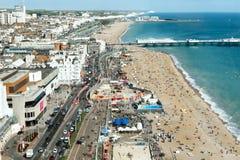 Vista aerea di estate soleggiata Brighton, linea costiera, sette sorelle sull'orizzonte Immagini Stock
