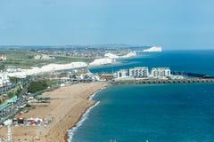 Vista aerea di estate soleggiata Brighton, linea costiera, sette sorelle sull'orizzonte Fotografie Stock Libere da Diritti