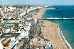 Vista aerea di estate soleggiata Brighton, linea costiera, sette sorelle sull'orizzonte Fotografia Stock Libera da Diritti