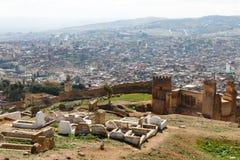 Vista aerea di Fes, Marocco Il muro di cinta antico è nella priorità alta e dietro, una panoramica di vecchia vicinanza fotografia stock libera da diritti