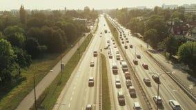 Vista aerea di grande ingorgo stradale un giorno soleggiato