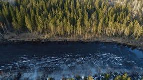 Vista aerea di grande lago durante il giorno di molla con neve fotografia stock libera da diritti